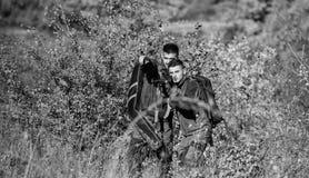 Силы армии Камуфлирование Мода военной формы Охотиться навыки и оборудование оружия Как поверните звероловство в хобби r стоковые фотографии rf