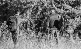 Силы армии Камуфлирование Приятельство охотников людей Охотиться навыки и оборудование оружия r стоковая фотография