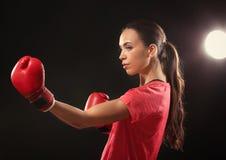 Сильная женщина в перчатках бокса Стоковое Изображение