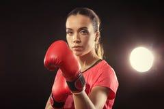 Сильная женщина в перчатках бокса Стоковые Изображения