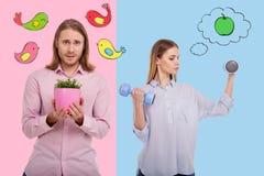 Сильная женщина делая тренировки и ее цветки застенчивого парня растущие Стоковые Фотографии RF