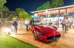 СИЛЬНАЯ СТОРОНА DEI MARMI, ИТАЛИЯ - 20-ОЕ ИЮНЯ 2015: Посещение Maserati туристов стоковое изображение rf