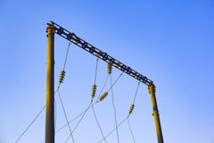 Сильная электростанция снабжает электричество железная дорога, электрические трансформаторы, линии передачи электроэнергии стоковое изображение