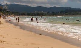 Сильные волны моря южного Китая на Dadonghai приставают к берегу на туристском острове Хайнаня стоковая фотография