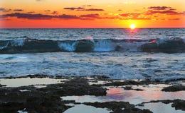 Сильные волны на оранжевом заходе солнца Стоковые Фотографии RF