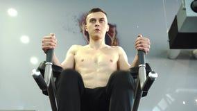 Сильные молодые мужские мышцы брюшка и ядра тренировки спортсмена сток-видео
