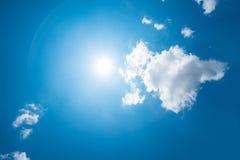 Сильные солнце и небеса стоковые изображения rf