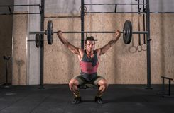 Сильный бар молодого человека поднимаясь с весом в спортзале стоковые фотографии rf