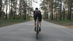 Сильный велосипедист ехать велосипед из седловины Велосипедист с сильный pedaling мышц ноги Назад следовать съемкой r Sl видеоматериал