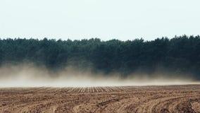Сильный ветер дует красная почва от сельскохозяйственных угодиь