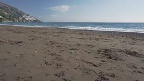 Сильный ветер на дезертированном пляже зимы в Positano акции видеоматериалы