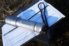 Сильный и яркий электрофонарь бежать на батареях Держатель фонарика особенный, который нужно мочь исправить он на handlebar стоковое изображение