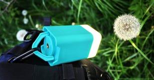 Сильный и яркий электрофонарь бежать на батареях Держатель фонарика особенный, который нужно мочь исправить он на handlebar стоковые фото