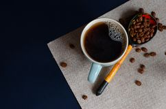 Сильный колумбийский кофе в салатовой чашке и всем arabica кофейных зерен Взгляд сверху стоковое фото rf