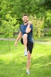 Сильный молодой человек делая тренировку хруста велосипеда Стоковое Изображение