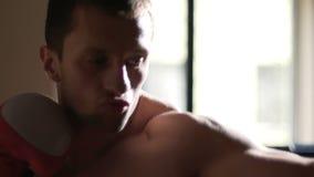 Сильный мужской боксер свирепо атакуя грушу, эмоции на стороне, медленн-mo видеоматериал