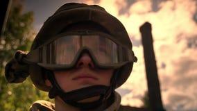 Сильный настойчивый кавказский солдат в шлеме выглядит прямым, стоящ в солнечном свете, облаках и золотом солнце дальше акции видеоматериалы
