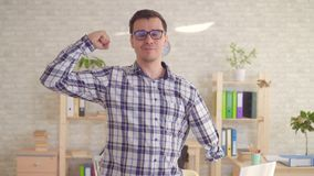 Сильный положительный мужчина неработающий с ампутированной рукой пр акции видеоматериалы
