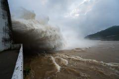 Сильный поток воды на запруде гидроэлектрическом Hoa Binh, Вьетнаме стоковые изображения rf