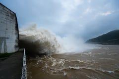 Сильный поток воды на запруде гидроэлектрическом Hoa Binh, Вьетнаме стоковое фото rf