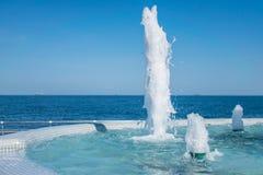 Сильный поток воды фонтана Выплеск и пена воды Голубой ve стоковое изображение rf