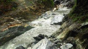 Сильный поток реки пропуская через мраморные утесы на национальном парке ущелья Taroko в Тайване акции видеоматериалы