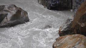 Сильный поток реки пропуская через мраморные утесы на национальном парке ущелья Taroko в Тайване видеоматериал