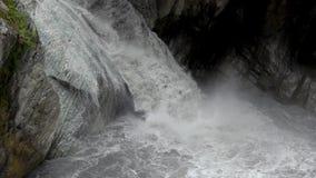 Сильный поток реки пропуская через мраморные утесы на национальном парке ущелья Taroko в Тайване сток-видео