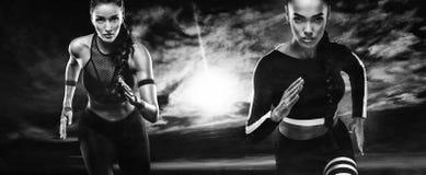 Сильный спринтер атлетических, женщин, бежать внешний носить в мотивировке sportswear, фитнеса и спорта бегунок стоковая фотография