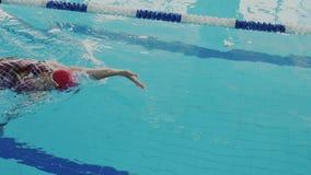 Сильный сильный стиль плавания на спине заплыва молодой женщины, она нажимает от бассейна, плавать подводного, и достижения макси сток-видео