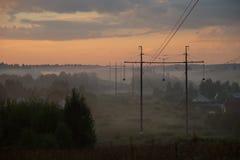 Сильный туман в деревне на утре лета Стоковое Изображение