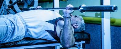 Сильный человек в спортзале Здоровый образ жизни, спорт, фитнес, stren Стоковое Фото