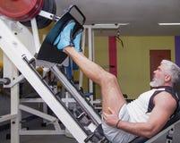 Сильный человек в спортзале Здоровый образ жизни, спорт, фитнес, stren Стоковые Фото