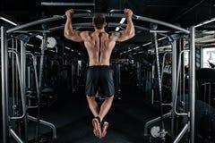 Сильный человек делая тягу поднимает стоковое фото