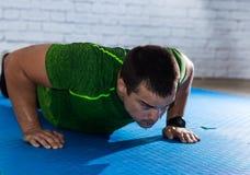 сильный человек делая pushups Стоковое Изображение