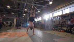 Сильный человек идя в наличии во время тренировки crossfit в фитнес-клубе стоковое изображение
