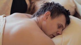 Сильный человек спать в голове кровати на подушке в рано утром видеоматериал