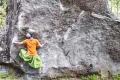 Сильный bouldering девушки на открытом воздухе стоковые фото