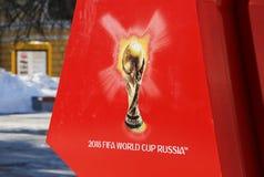Символизм кубок мира 2018 ФИФА на красной предпосылке Стоковая Фотография RF