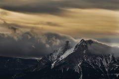 Символическая гора Pedraforca со снегом и foog стоковые фото