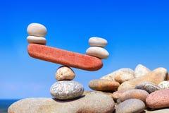 Символические масштабы от камней Нарушенное равновесие Imbalanc стоковые фотографии rf