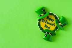 Символы дня St. Patrick на зеленой предпосылке стоковое фото rf