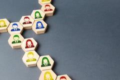 Символы работников на цепях шестиугольников t Тимбилдинг, организационные формы бизнеса и иерархия штата стоковая фотография rf