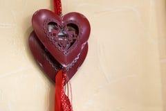 Символ влюбленности в форме красных деревянных сердец Стоковая Фотография