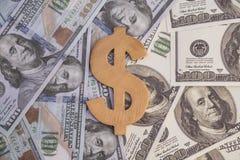 Символ доллара концепции от древесины на деньгах 100 долларов старых и новых счетов образца Стоковые Изображения