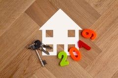 Символ дома с ключами и 2019 помечая буквами стоковые изображения