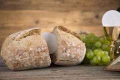 Символ евхаристии хлеба и вина, кубок и хозяин, первый comm стоковые фото