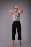 Символ запрета Беседа знака стопа выставок Smyling женская к жесту рукой Стоковые Фото