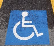 Символ кресло-коляскы в parkingle автомобиля Стоковые Изображения RF
