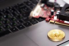 Символ на компьтер-книжке, валюта монетки Bitcoin будущей концепции финансовая, секретный знак валюты стоковая фотография
